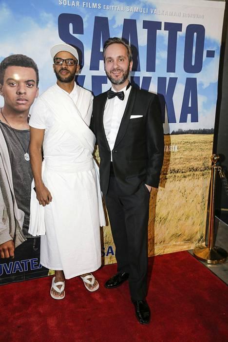 Saattokeikan käsikirjoittaja Khadar Ahmed perinteisessä somalialaisessa juhla-asussa ja ohjaaja Samuli Valkama smokissa elokuvan ensi-illassa.
