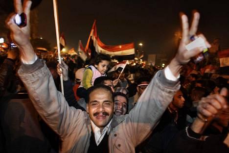 EGYPTIN KEVÄT. Arabimaailman demokratiatoiveet kukoistivat, kun muun muassa Egyptissä kansalaiset saivat joukkovoimalla aikaan uudistuksia hallinnossa. Helmikuussa 2011 kairolaiset juhlivat Tahririn aukiolla presidentti Hosni Mubarakin eroa.