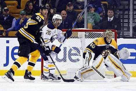 Tuukka Raskin vireen sai todeta vakuuttavaksi Buffalon laitahyökkääjä Matt Moulson. Vasemmalla Moulsonia pitelee Boston-puolustaja Zdeno Chara.