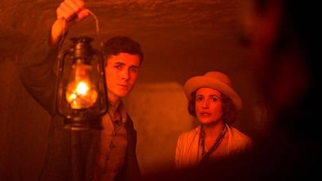 Max Mallowan (Jonah Hauer-King) ja Agatha Christie (Lyndsey Marshal) päätyvät arkeologiaan liittyvän arvoituksen jäljille.