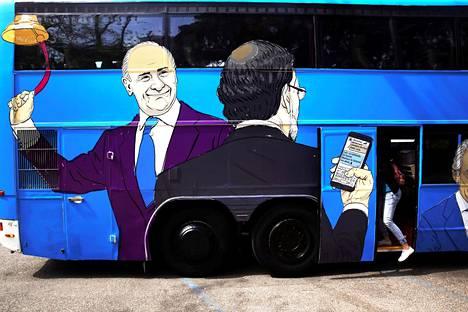 Vasemmistopuolue Podemos ajeli Madridissa huhtikuussa bussilla, jonka kylkeen oli kuvattu Espanjan poliittisten skandaalien keskushenkilöitä, pääasiassa konservatiivipuolueen edustajia. Kuvassa näkyvät hahmot ovat pääministeri Mariano Rajoy (selin) ja kavalluksesta vankilaan tuomittu Kansainvälisen valuuttarahaston entinen johtaja Rodrigo Rato.