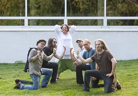 Säveltäjä ja laulaja Sanna Kurki-Suonio yhtyeineen.