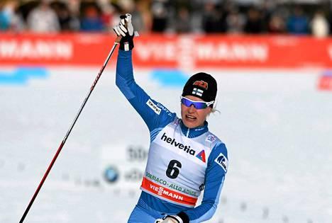 Anne Kyllönen sijoittui kolmanneksi maastohiihdon Tour de Ski -kiertueen 15 kilometrin takaa-ajokisassa Toblachissa.