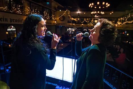 Vera Olsson ja Saara Lilja-Rothsten eläytyivät Abban Mamma Mia -kappaleeseen ravintola Rymy-Eetussa.