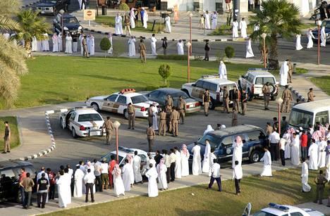 Poliisi valmisteli julkista ruoskintaa aukiolle Khobarissa Saudi-Arabiassa vuonna 2009.