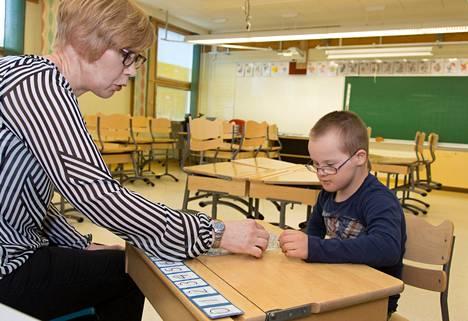 Niklas Luokkala on selviytynyt hyvin tavallisessa luokassa, kertoo opettaja Leena Kylmäaho.