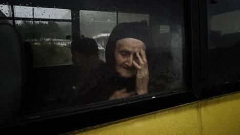 Sotaa paennut Vartanush Avakian pääsi pikkubussilla Gorisiin. Sieltä hän jatkoi matkaa Armenian pääkaupunkiin Jerevaniin.