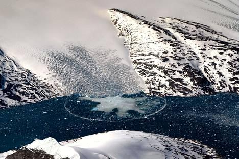 Jäätiköt vetäytyvät ilmastonmuutoksen takia. Ilmakuva on otettu Grönlannin Kujalleqista kesäkuussa 2019.