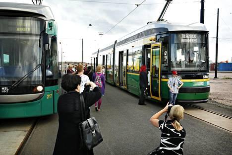 Variotram- ja Artic-raitiovaunu seisoivat rinnakkain kesällä 2013, kun uudet matalalattiaraitiovaunut olivat koeajolla Helsingissä.