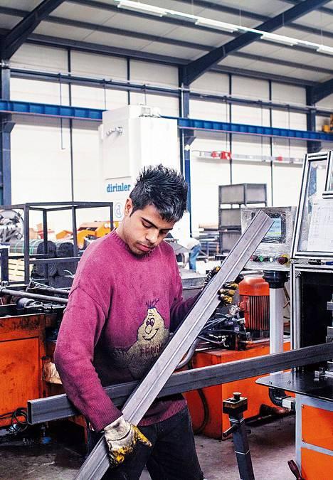 Umit työskentelee Kayserissa Somcelik-yhtiön pajassa, jossa valmistetaan terästuotteita.
