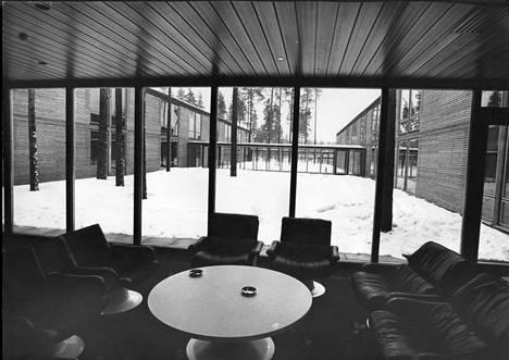 Jörn Donnerin suunnitteleman hotellin paikalla valmistui Rantasipi-ketjuun kuulunut Rantasipi Sveitsi. Kuvassa hotellin aulaa vuonna 1974.