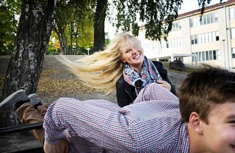 Helsinkiläisen Taivallahden peruskoulun 9.-luokkalaiset Lotta Kivelä ja Paavo Onkinen tykkäävät koulusta. Kivelä sanoo, että jo se, että koulu antaa tiettyä rutiinia elämään, on kivaa. Onkisen mielestä opettajat tekevät hyvää yhteistyötä oppilaiden kanssa.