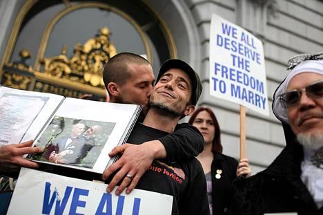Frank Capley-Alfano (vas.) ja Joe Capley-Alfano osoittivat mieltään homoavioliittojen solmimisen puolesta San Franciscon kaupungintalon edustalla tiistaina.