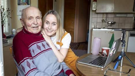 """""""Pappa tykkää, kun minusta on hänelle seuraa. Meistä on tullut hyvä tiimi"""", kertoo Lotta Saahko, jota asuu nyt isoisänsä Jorma Saahkon luona."""