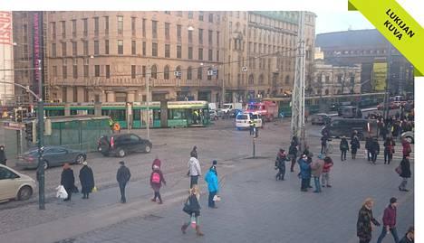 Raitiovaunun virroittimen irtoaminen aiheutti liikennejumin Mannerheimintien ja Kaivokadun risteykseen keskiviikkona iltapäivällä.