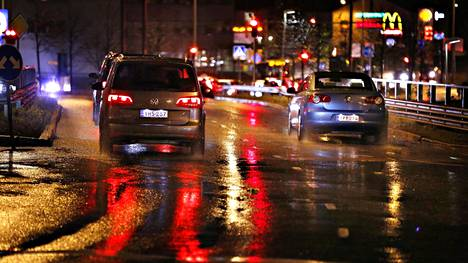 Pimeään aikaan sateella ajettaessa takavalojen näkyvyys on yhtä tärkeää kuin ajovalojen toiminta.