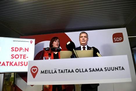 Sdp:n puheenjohtaja Antti Rinne ja kansanedustaja, puoluevaltuuston puheenjohtaja Sirpa Paatero esittelivät puolueensa sote-askelmerkit tulevalle vaalikaudelle Helsingissä torstaina 14. maaliskuuta.