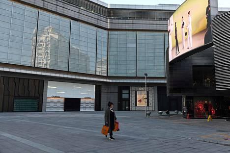 Luksusostoskeskuksessa Pekingissä ei näkynyt juuri asiakkaita lauantaina 8. helmikuuta.