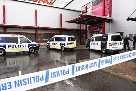 Poliisiautoja kauppakeskus Hermanin pihalla Kuopiossa tiistaina.
