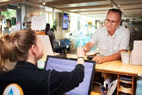 Nelli Nieminen otti sunnuntaina vastaan Eurohostel Katajanokkaan saapuneen Juha Saarismaan. Saarismaan mukaan hostellissa on merkittävästi halvempi yöpyä kuin hotellissa.