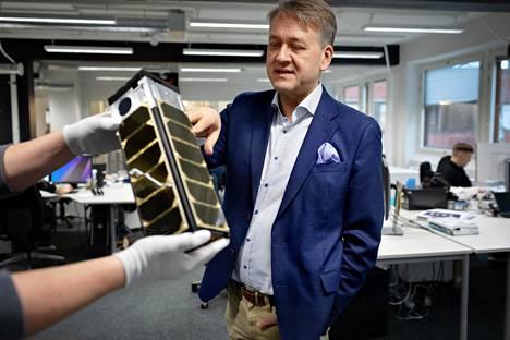 Reaktor Space Labin hallituksen puheenjohtajana myös toimiva Juha-Matti Liukkonen katselee W-cube-satelliitin mallikappaletta.