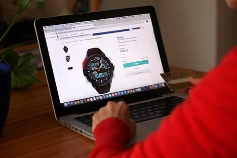 Mysteerishoppailija John Smith jätti jälkeensä tuhansia tyhjiä ostoskoreja yhdysvaltalaisissa verkkokaupoissa. Toistuvat keskeneräiset ostokset sotkivat verkkokauppojen analytiikan ja sähköpostit.
