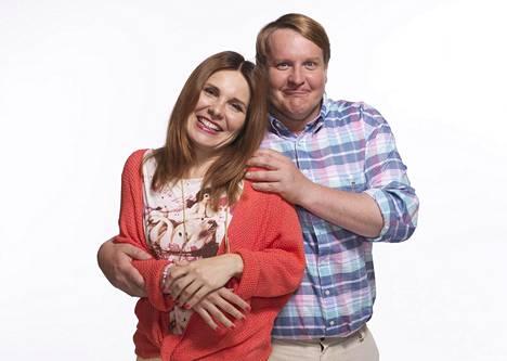 Titta (Pirjo Heikkilä) ja Jorma (Santtu Karvonen) ovat Onnelan Ove ja Anette.