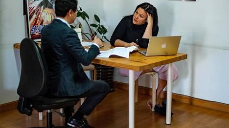 HS:n Pekingin-kirjeenvaihtaja Katriina Pajari keskusteli paikallisen avustajansa Chen Oun kanssa viime vuoden lopulla Pekingissä.
