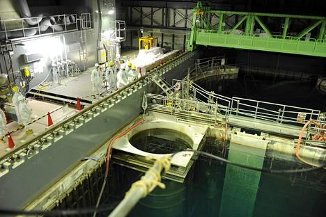 Yhdysvaltalainen ydinvoima-asiantuntija Lake Barrett ja Tepcon työntekijät tarkastivat käytetyn ydinpolttoaineen allasta Fukushima Daiichi -voimalan nelosreaktorin rakennuksessa Okumassa viime keskiviikkona.