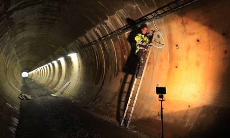Entinen tukinuittotunneli on 290 metriä pitkä, joten se on keskeltä pimeä ja kolkko paikka. Tunnelin viimeisiä valaisimia asensi sähköasentaja Timo Tukia.