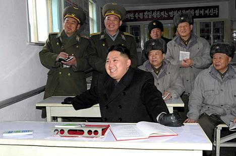 Pohjois-Korean uutistoimiston KCNA:n 21. tammikuuta julkaisemassa kuvassa Kim Jong-un vierailee lentotukikohdassa. Kuvan ottohetkestä ei ole tietoa.