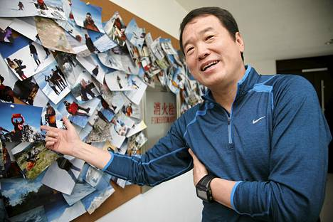 Kiinalaismiljardööri Huang Nubo esitteli sijoitusyhtiönsä pääkonttorissa valokuvia matkoiltaan maailman korkeimmille vuorille sekä etelä- ja pohjoisnavoille syyskuussa 2011.