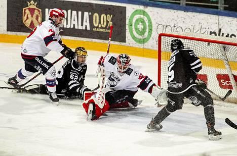 TPS:n Eemil Viro (5) viimeisteli ottelun loppulukemiksi 3–2 jatkoerässä ja varmisti TPS:lle paikan finaaleissa.