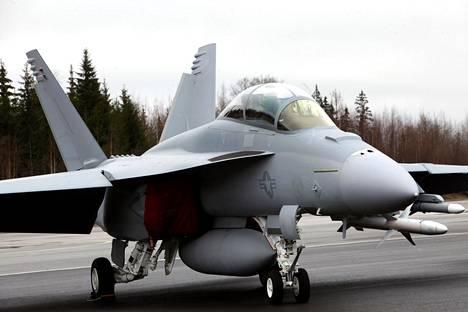 Super Hornet ei äkkiseltään erotu paljon tavallisesta Hornetista, mutta on muun muassa hieman isompi.