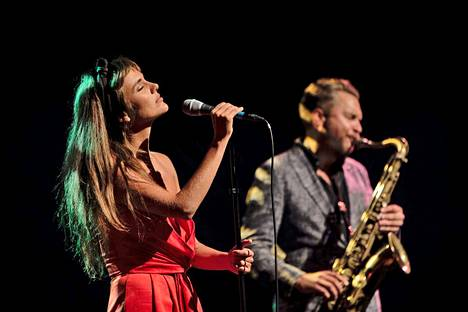 Camille Bertault ja saksofonisti Timo Lassy.