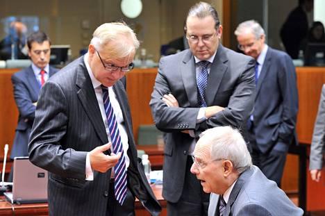 Talouskomissaari Olli Rehn (vas.), Ruotsin valtiovarainministeri Anders Borg ja Saksan valtiovarainministeri Wolfgang Schäuble keskustelivat Brysselissä tiistaina ennen euromaiden kokouksen alkua.