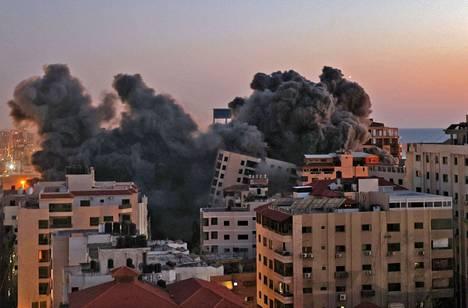 Israel teki ilmaiskun Hamas-järjestön hallinnassa olevaan Hanadi-rakennukseen Gazan kaupungissa tiistaina.