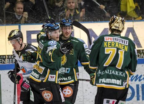 Ilveksen Michael Keränen Jarkko Näppilä ja Sami Sandell juhlivat 2-2 tasoitusmaalia Pelicansia vastaan 15. helmikuuta. Ilves oli viime kaudella liigassa yhdeksäs.