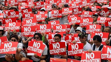 Jopa yli miljoona ihmistä vastusti viikonloppuna Hongkongissa lakiesitystä, joka mahdollistaisi rikoksista syytettyjen luovuttamisen Manner-Kiinaan. Poliisin arvio mielenosoittajien määrästä oli 240000.