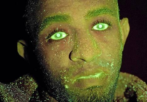 Lontoolainen autovaras joutui poliisin virittämään, uv-valossa loistavaa maalia ruiskuttavaan ansaan.