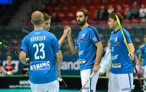 Rickie Hyvärinen sai maalistaan onnittelut muilta Suomen pelaajilta salibandyn MM-ottelussa Saksaa vastaan.