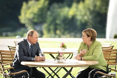 Venäjän presidentti Vladimir Putin ja Saksan liittokansleri Angela Merkel tapasivat toissa lauantaina Saksassa Mesebergin linnassa Berliinin pohjoispuolella.