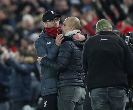 Pep Guardiola (oik.) haluaa osoittaa kunnioitusta Jürgen Kloppin valmentamalle Liverpoolille.