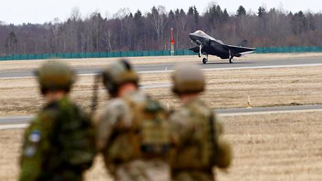 Yhdysvaltain ilmavoimien F-35-hävittäjä laskeutui Viron Amarin tukikohtaan huhtikuussa 2017.