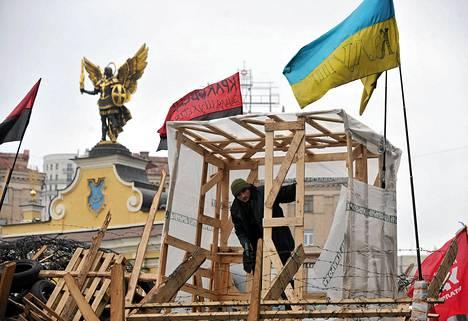 EU:ta kannattava mielenosoittaja rakensi barrikadia Kiovan keskusaukiolle torstaina.