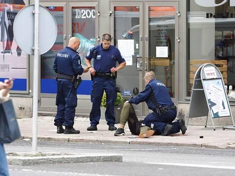 Turun puukotusiskun oikeudenkäynti alkaa maanantaina. Poliisi pysäytti tekijän ampumalla tätä reiteen.