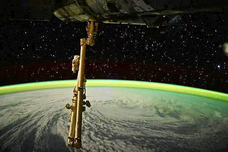 Kansainvälisellä avaruusasemalla majaileva astronautti Terry Virts otti kuvan eteläisellä Intian valtamerellä riehuvasta pyörremyrsky Joalenesta. Maapallon horisontin takana siintää linnunrata.