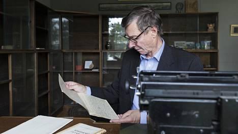 Jukka Meurman löysi työpöydän laatikosta isoisänsä Otto-Iivari Meurmanin aseen.