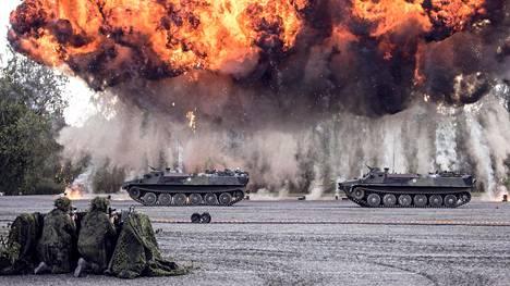 Kuvitteelliset vihollisen panssarivaunut tuhoutuvat taistelunäytöksessä yhteiskunnallisessa keskustelutapahtumassa Suomi-areenassa heinäkuussa.