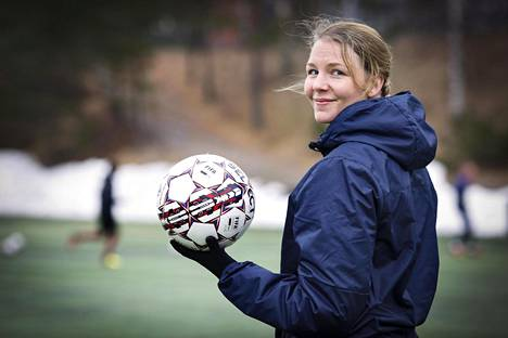 Iita Pienimäki on itsekin pelannut jalkapalloa koko ikänsä. Siksi oli luonnollista, että urheilun kautta löytyi myös ammatti. Viime viikolla hän seurasi JJK:n harjoituksissa Viitaniemen kentällä Jyväskylässä.